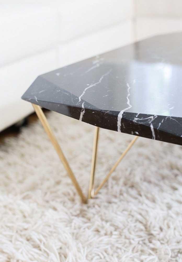 O charme da mesa de centro com tampo de mármore nero e pés dourados
