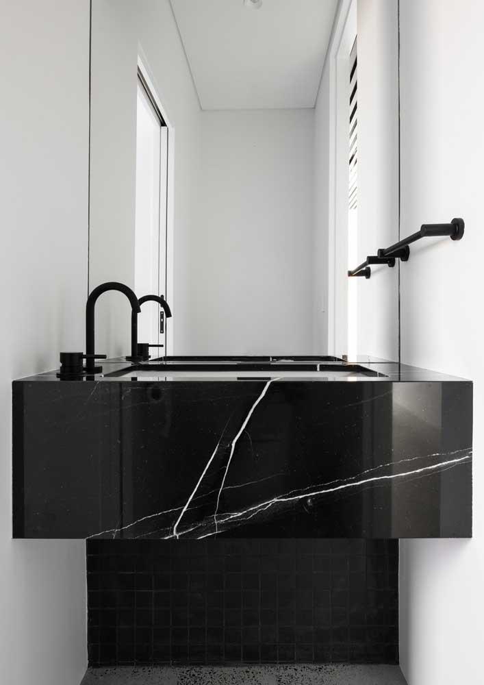 Banheiro branco com bancada de mármore nero