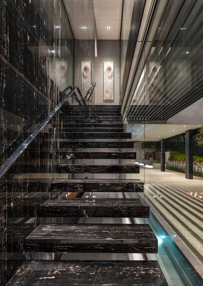 Puro luxo essa escada em mármore preto
