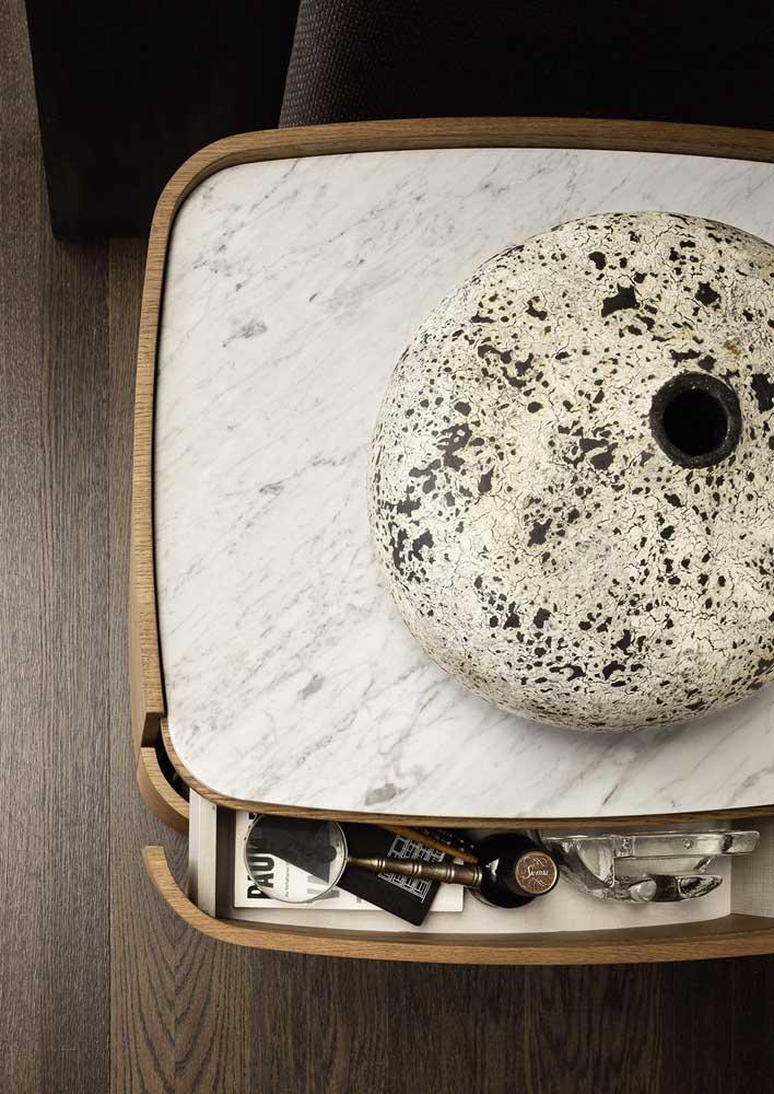 Mesinha de apoio com tampo de mármore branco