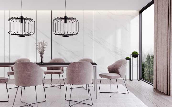 Sala de jantar moderna com parede revestida em mármore branco