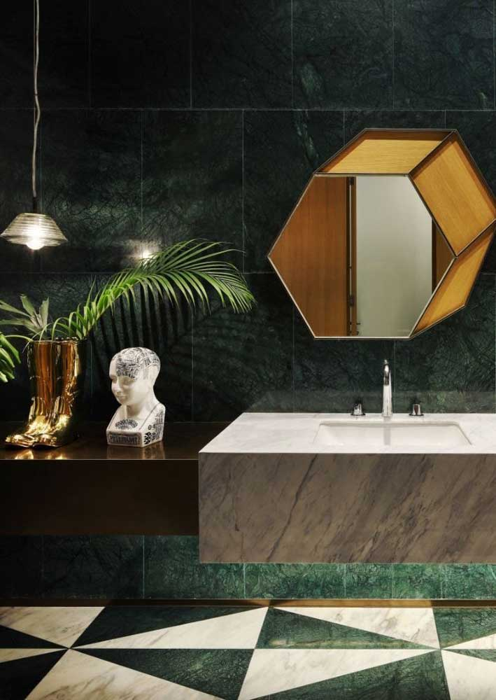 Mármore verde e branco para um banheiro que esbanja classe e estilo