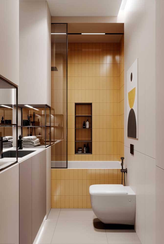 Banheira pequena dentro do box integrada ao chuveiro. Destaque para o revestimento que vai da banheira até a parede