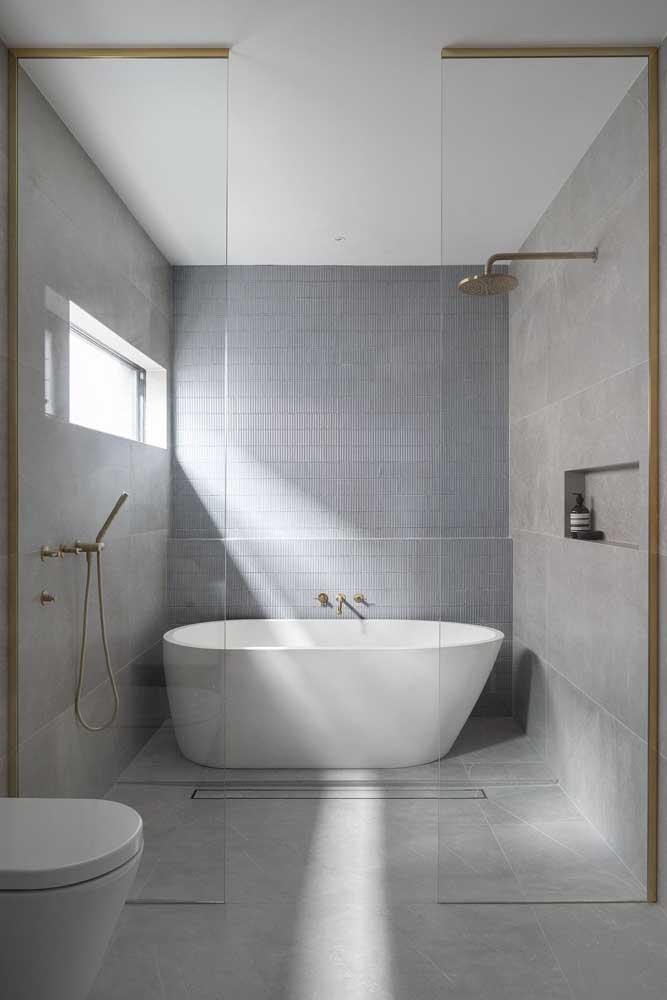 Banheira e chuveiro no mesmo espaço, mas usados de modo independente