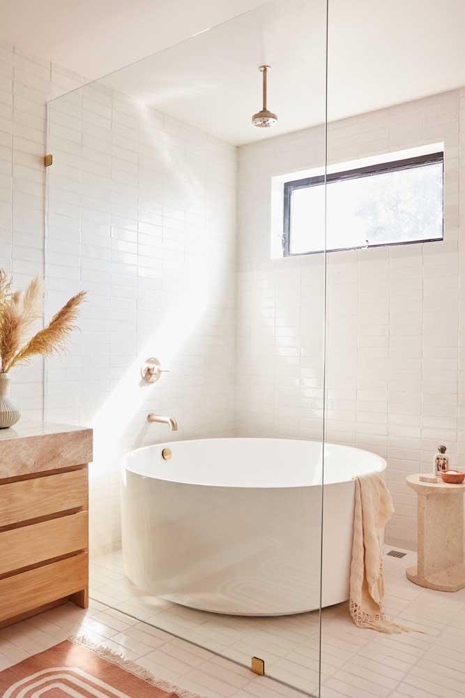 Para ter uma banheira redonda é importante que o banheiro tenha um pouco mais de espaço