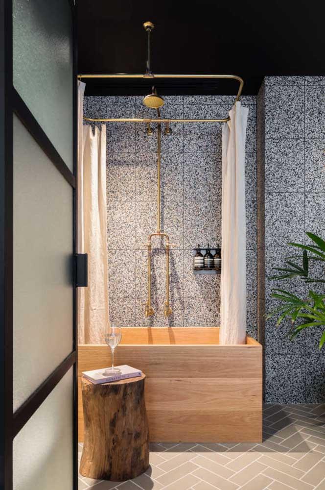 Um luxo essa banheira com revestimento amadeirado
