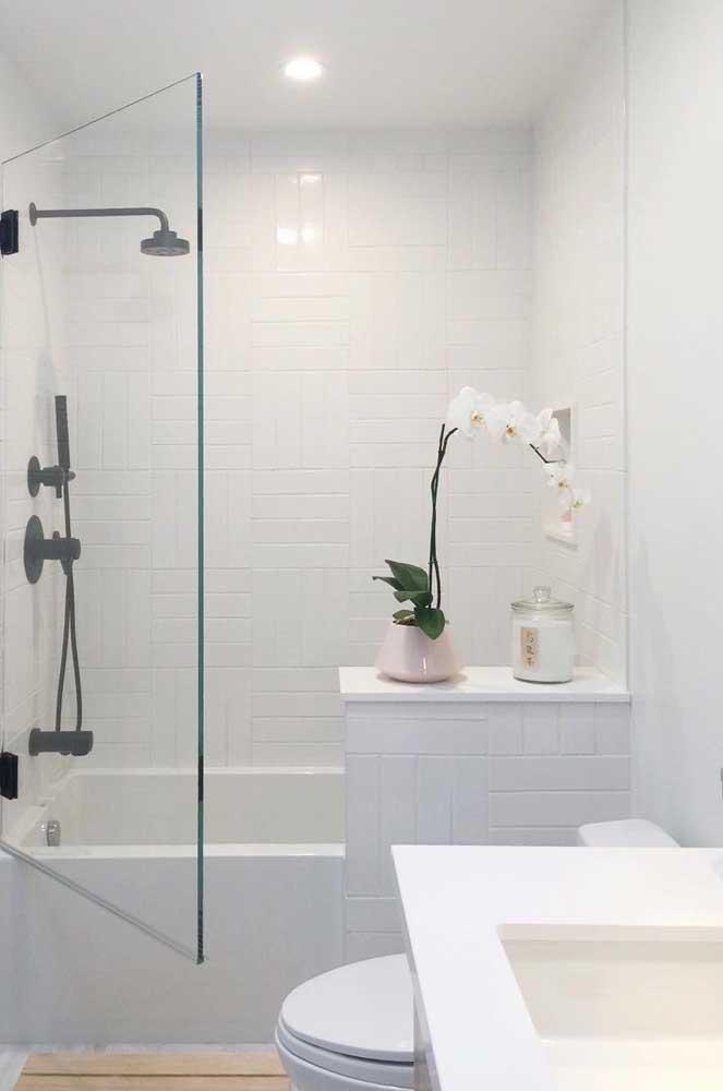 A porta no box garante mais conforto na hora do banho de banheira