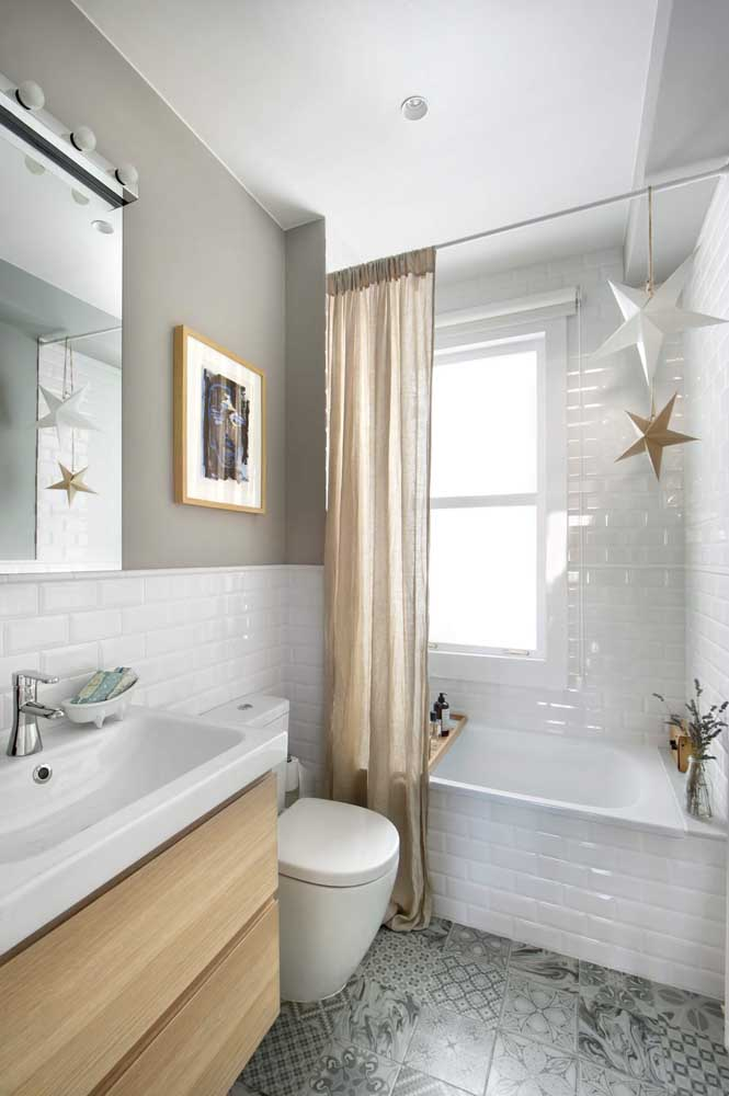 Para ajudar a ampliar o espaço do banheiro com banheira pequena priorize o uso de louças e cores claras