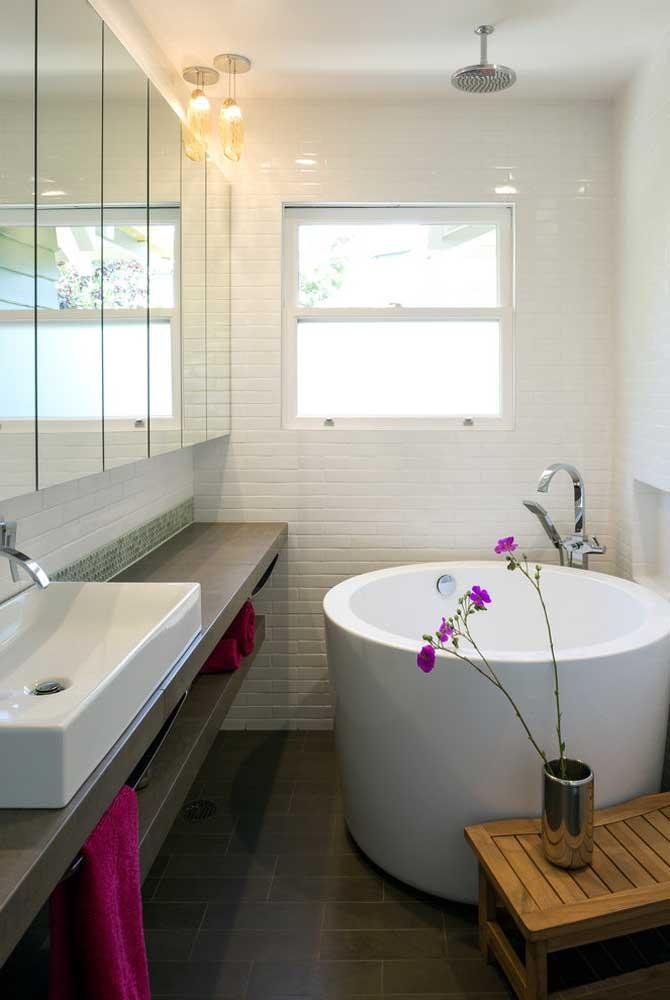 Banheira redonda pequena em estilo ôfuro para poupar espaço dentro do banheiro