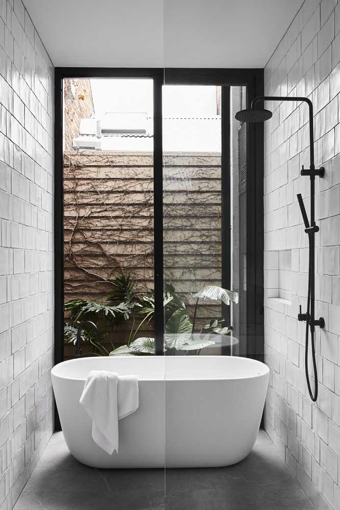 Banheira pequena moderna integrada com o chuveiro