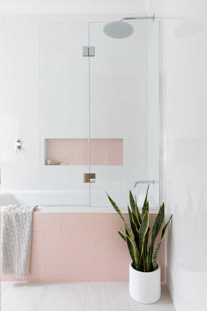 Banheira com revestimento de azulejo de metrô cor de rosa, um charme só!