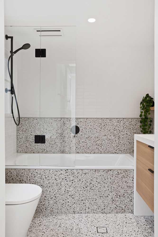 Mas se você quiser acompanhar as ultimas tendências, aposte no uso do granilite em torno da banheira