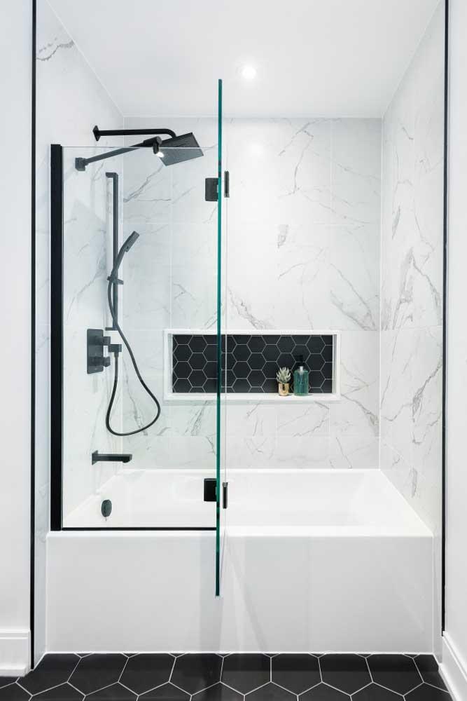 Clean e moderno, esse banheiro trouxe a banheira para junto do box e do chuveiro