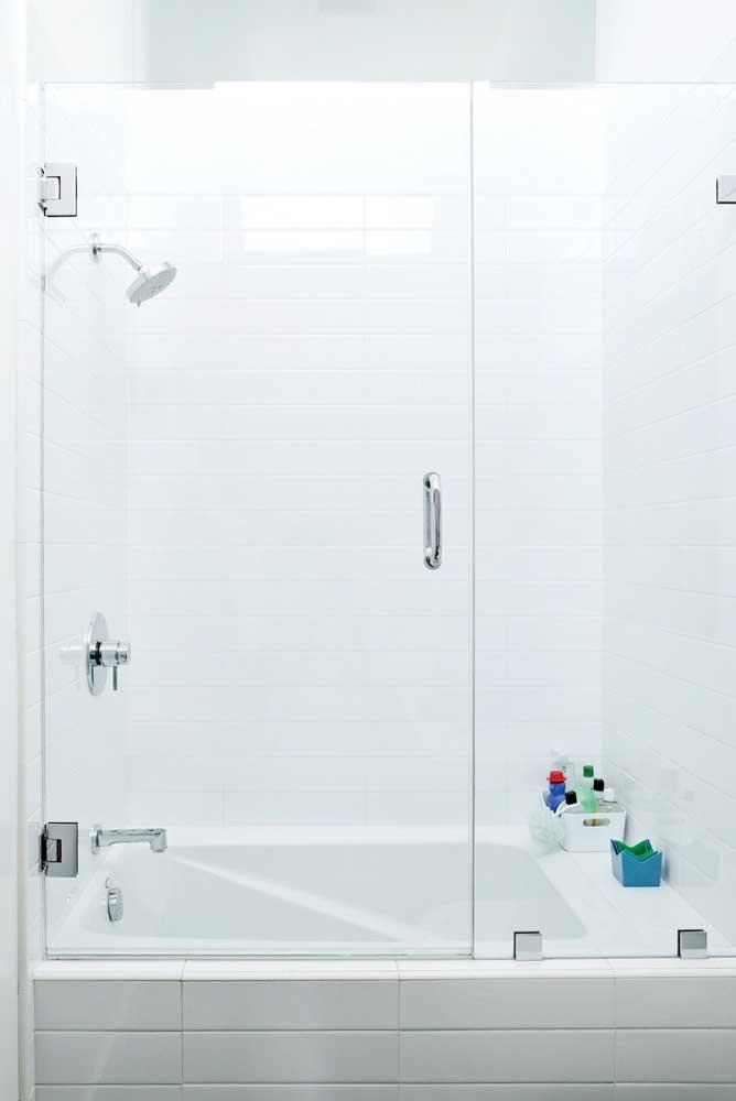 Banheira pequena quadrada dentro do box e integrada com o chuveiro: a melhor configuração para espaços pequenos