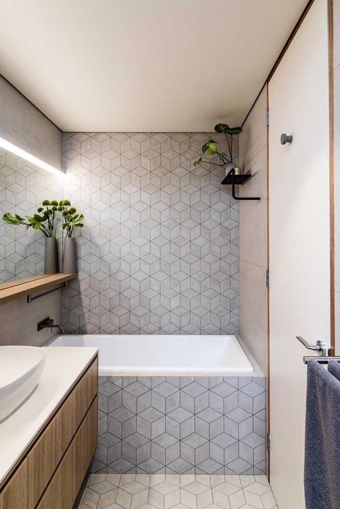 Plantas e uma iluminação aconchegante para deixar a banheira pequena ainda mais relaxante