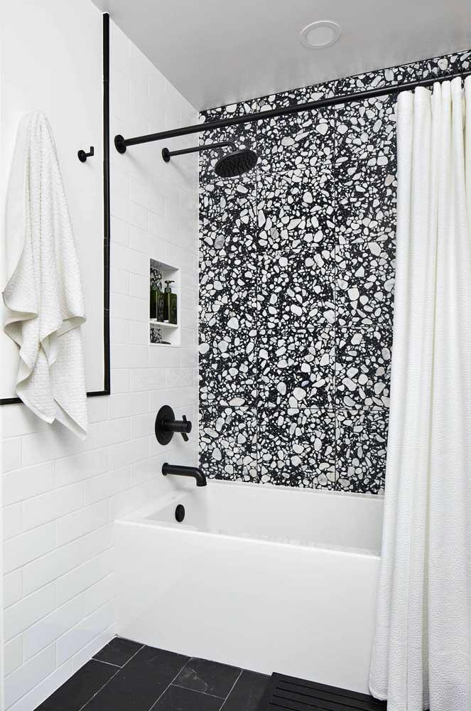 Aquela parede incrível para valorizar a banheira pequena