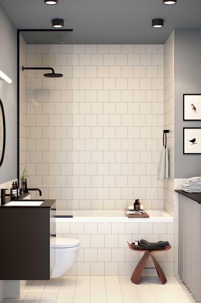 Os azulejos brancos nunca decepcionam. Aqui eles ficaram perfeitos com a banheira pequena