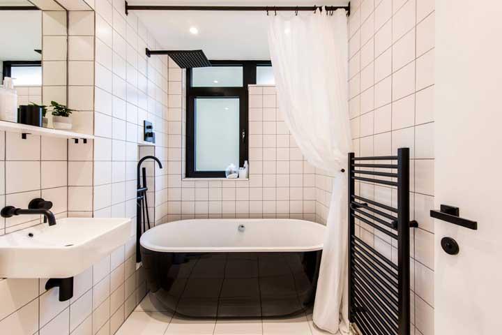 Um luxo esse banheiro pequeno com banheira preta. Uma inspiração e tanto!