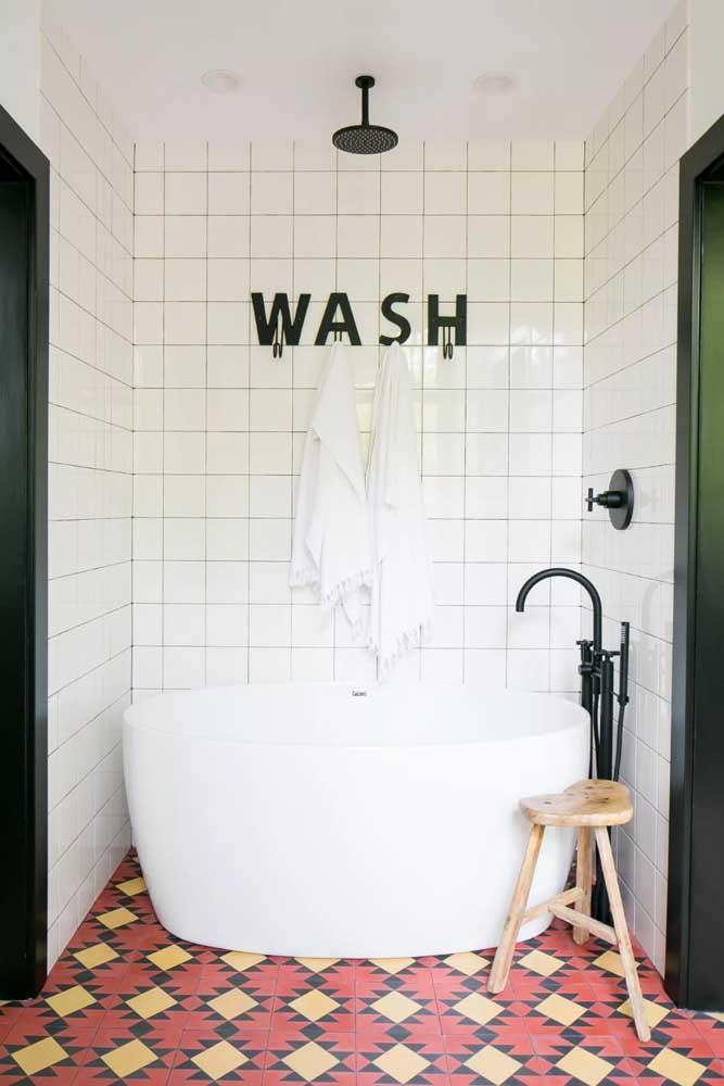 Banheiro retrô com banheira para deixar tudo mais charmoso
