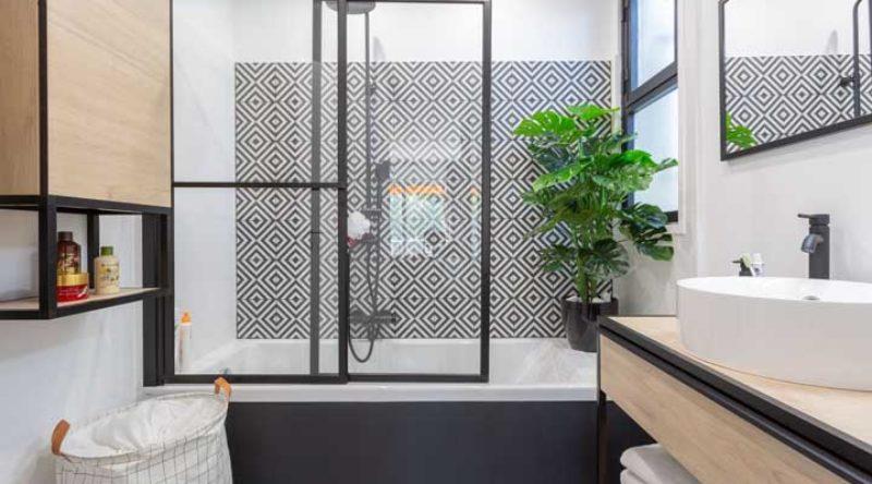 Banheira pequena: dicas para instalar a sua e 50 fotos incríveis de decoração