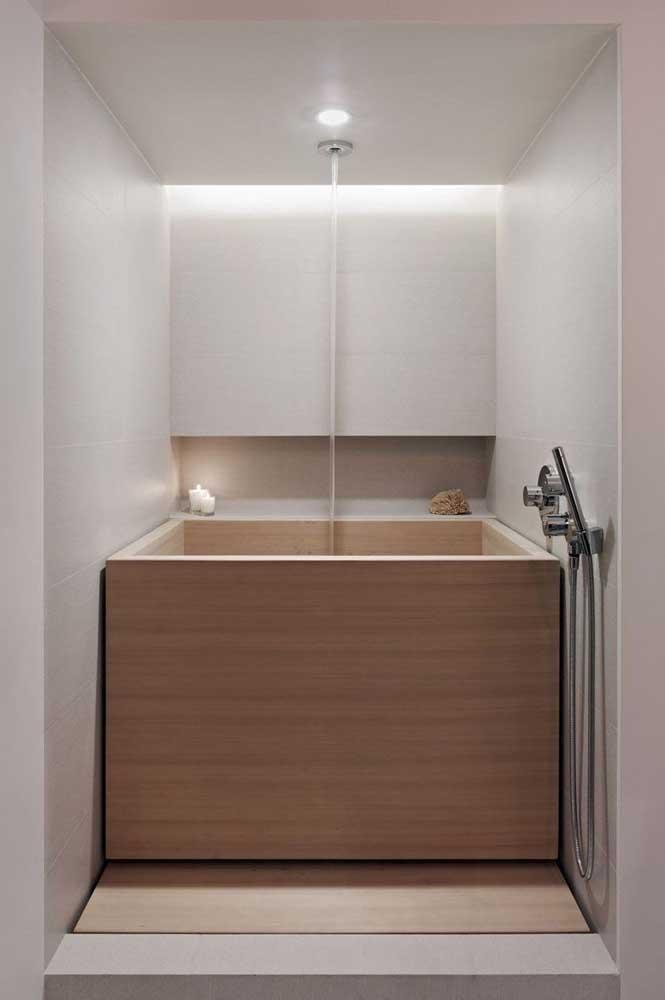 Que tal uma banheira estilo ôfuro, mas em uma versão quadrada?