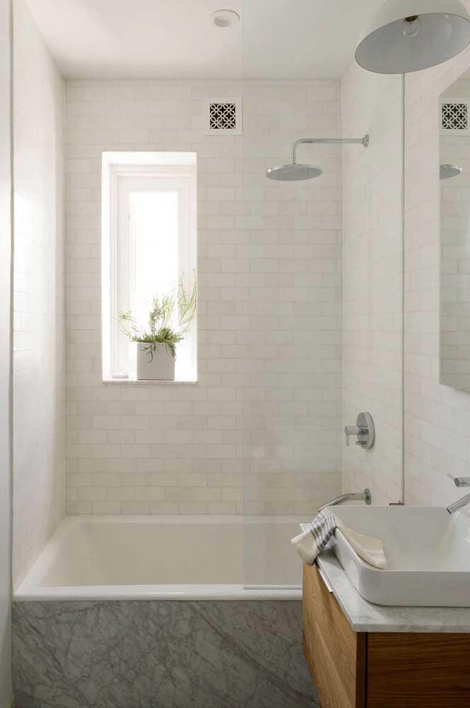 Banheiro clean com banheira revestida em porcelanato