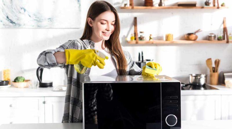 Como tirar cheiro do microondas: veja o passo a passo simples e prático para seguir