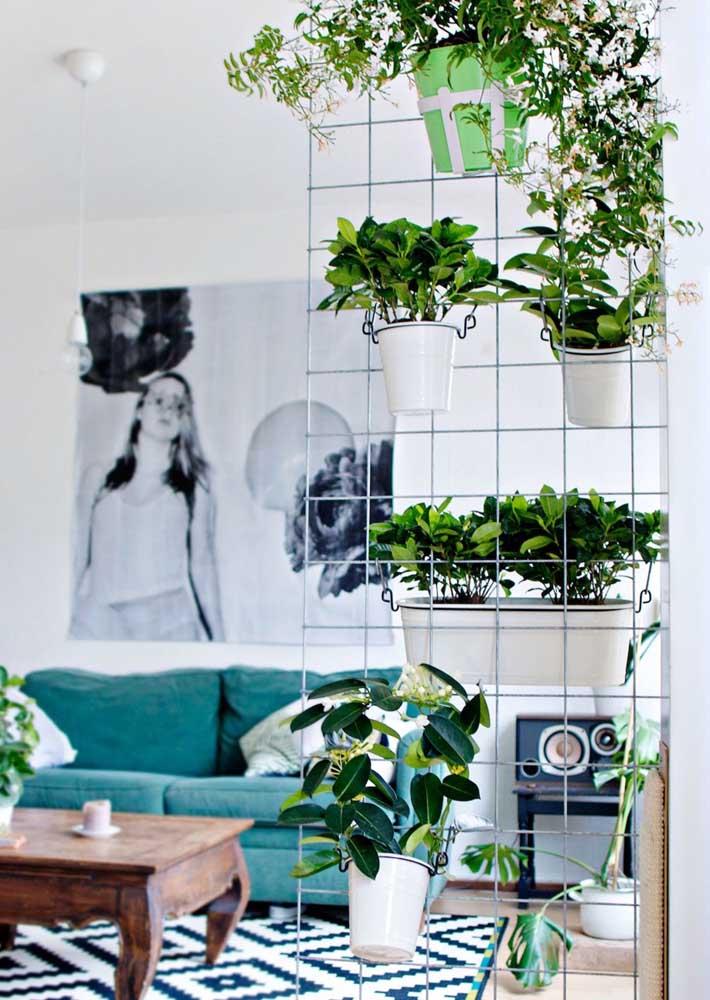 Jardim vertical na sala feito com tela aramada