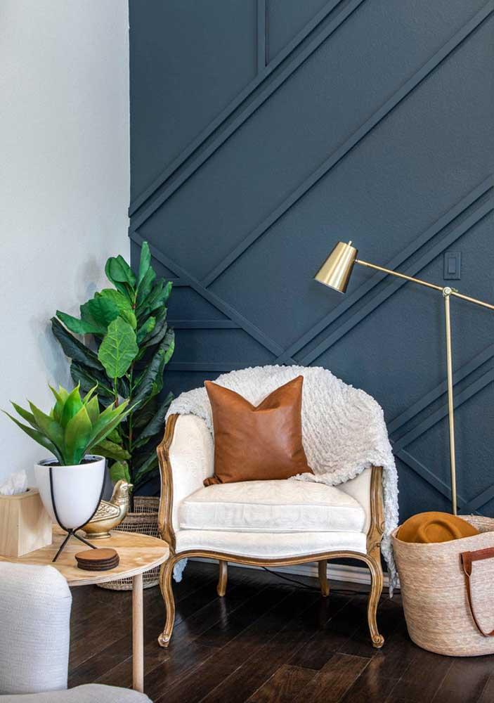O fundo azul da parede destaca o verde da planta