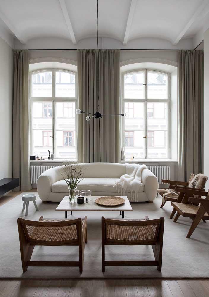 Sala de apartamento decorada em tons claros e madeira