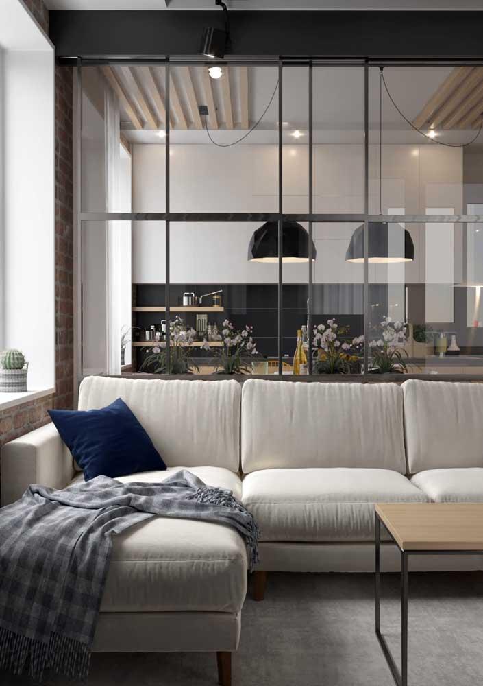 Sala decorada pequena e simples, mas pra lá de confortável