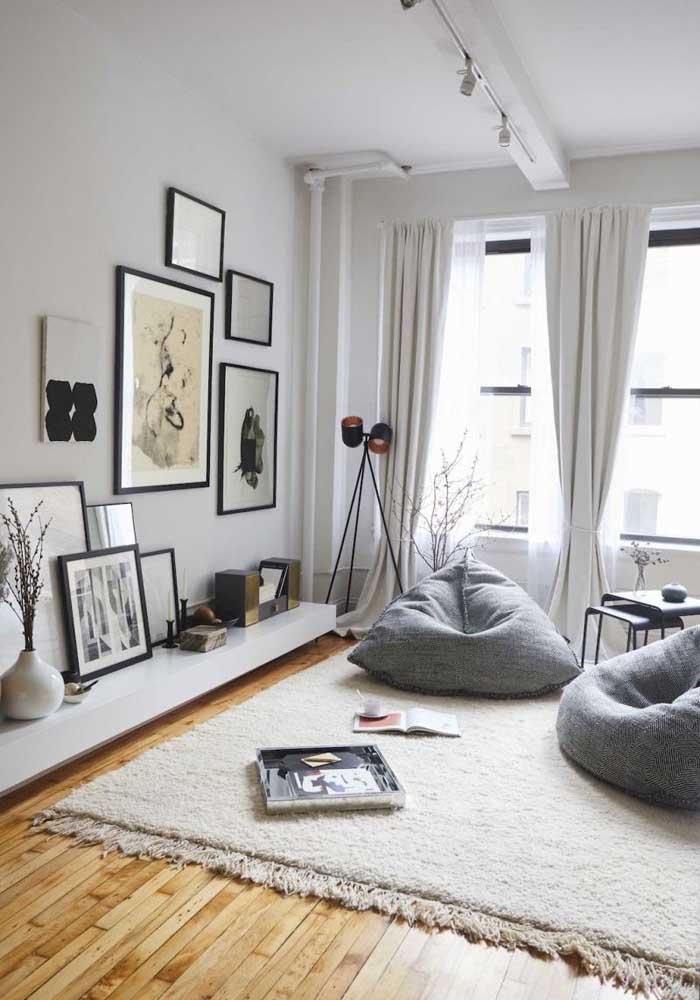 Que tal uma sala bem descontraída decorada com puffs?