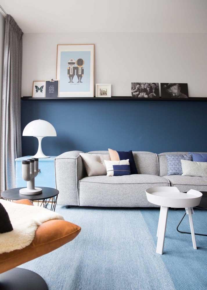 Sala decorada moderna em tons de azul e cinza