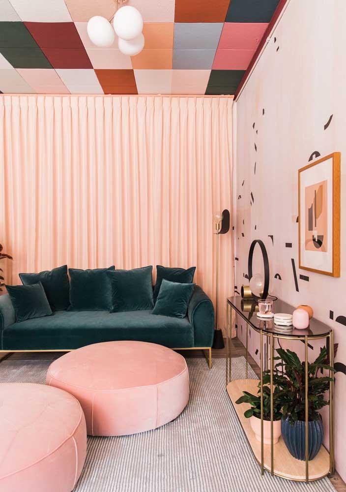 Sofá verde e parede rosa para uma sala decorada nada básica
