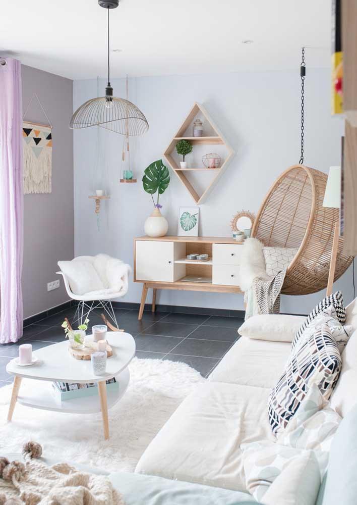 O branco, a madeira clara e as fibras naturais revelam o toque escandinavo dessa sala decorada