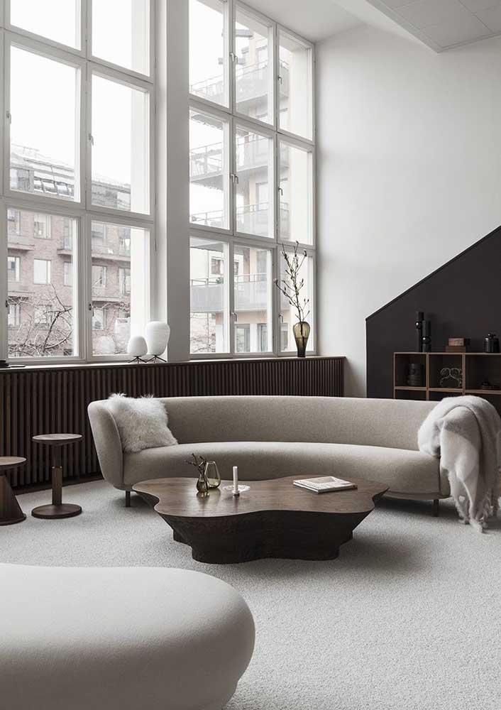 Sala minimalista decorada com poucos móveis e tons neutros