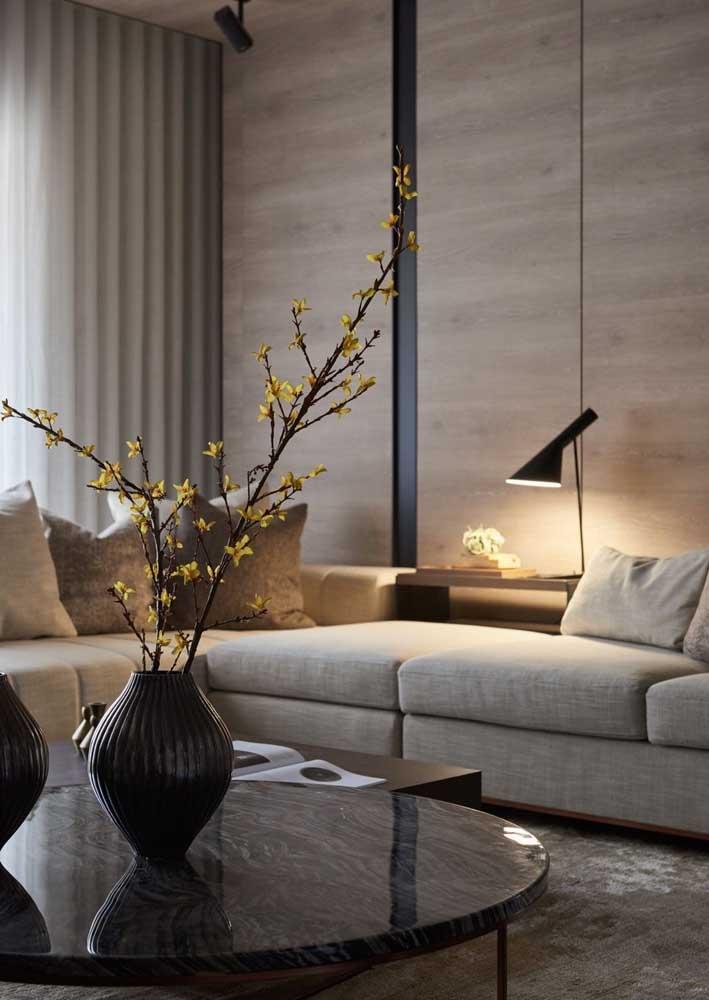 A iluminação traz aconchego para sala decorada