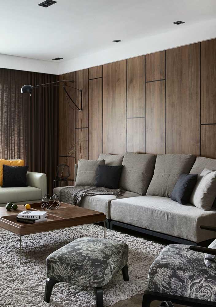 Sala de estar clássica decorada com tons sóbrios e muita madeira