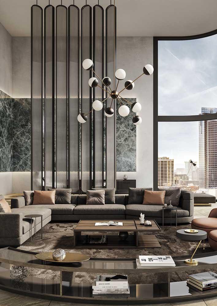 Sala de luxo decorada e complementada pela vista incrível