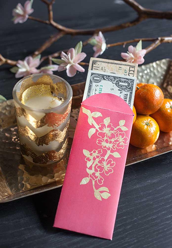 Os envelopes vermelhos com dinheiro são uma das maiores tradições da festa do ano novo chinês