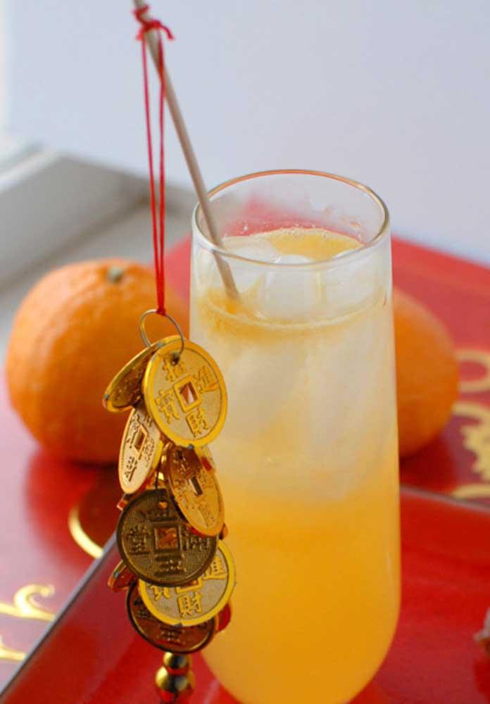 Suco de tangerina decorado com moedas chinesas: tudo para o ano começar bem