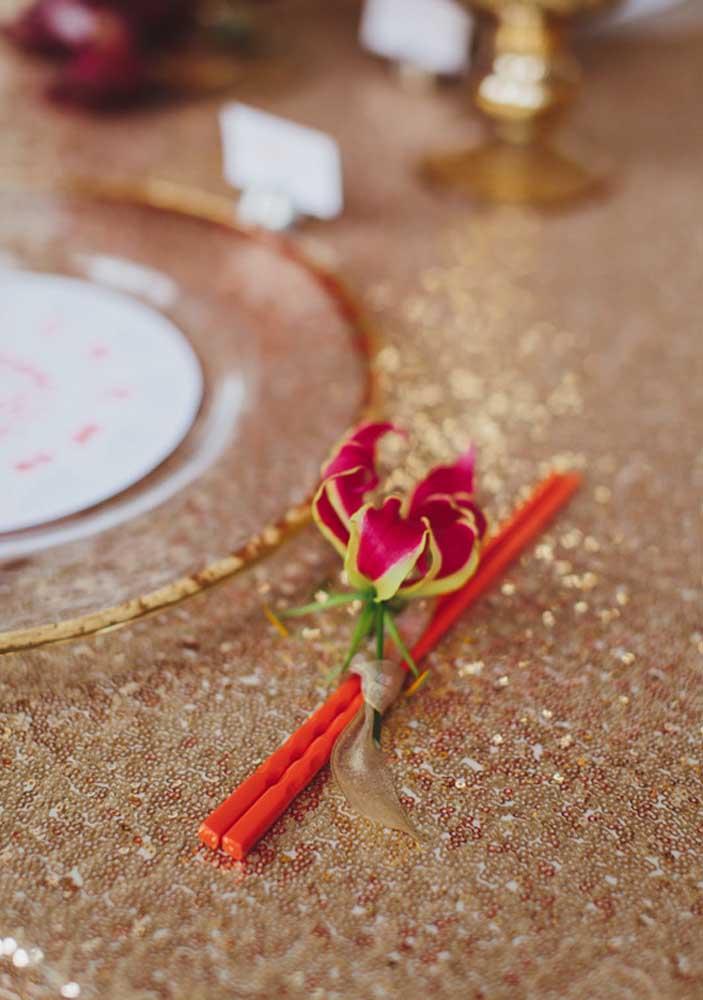 O capricho é tanto que até as delicadas flores trazem tons de vermelho e dourado em suas pétalas