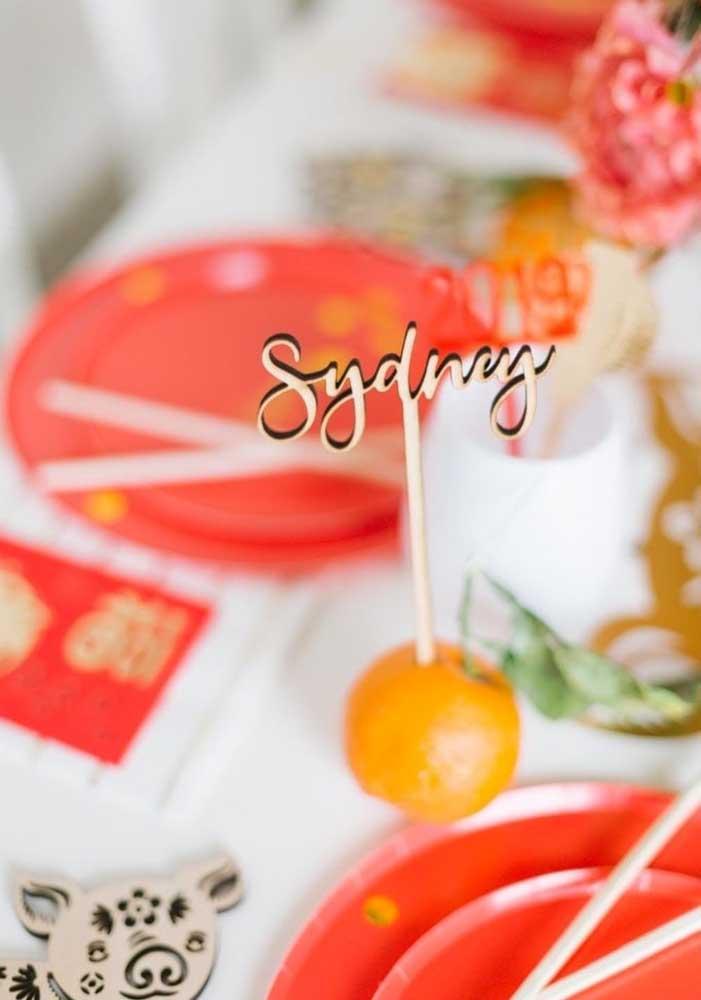 Cada lugar foi marcado pelo nome da pessoa espetado em uma tangerina