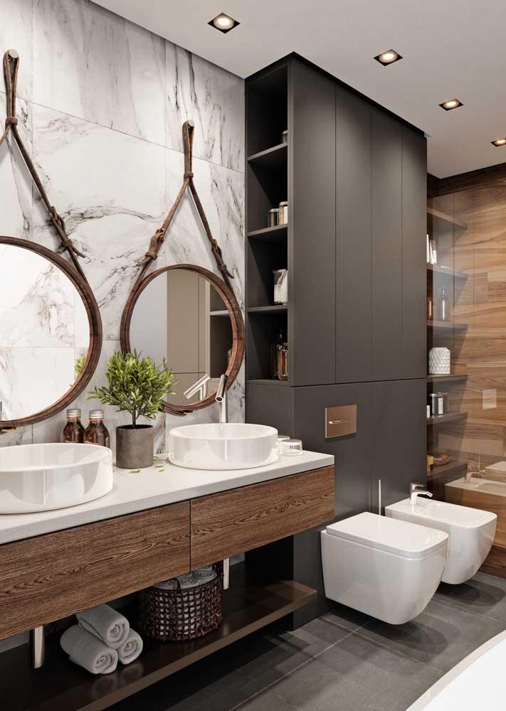 Armário para banheiro planejado otimizando o espaço atrás do vaso sanitário