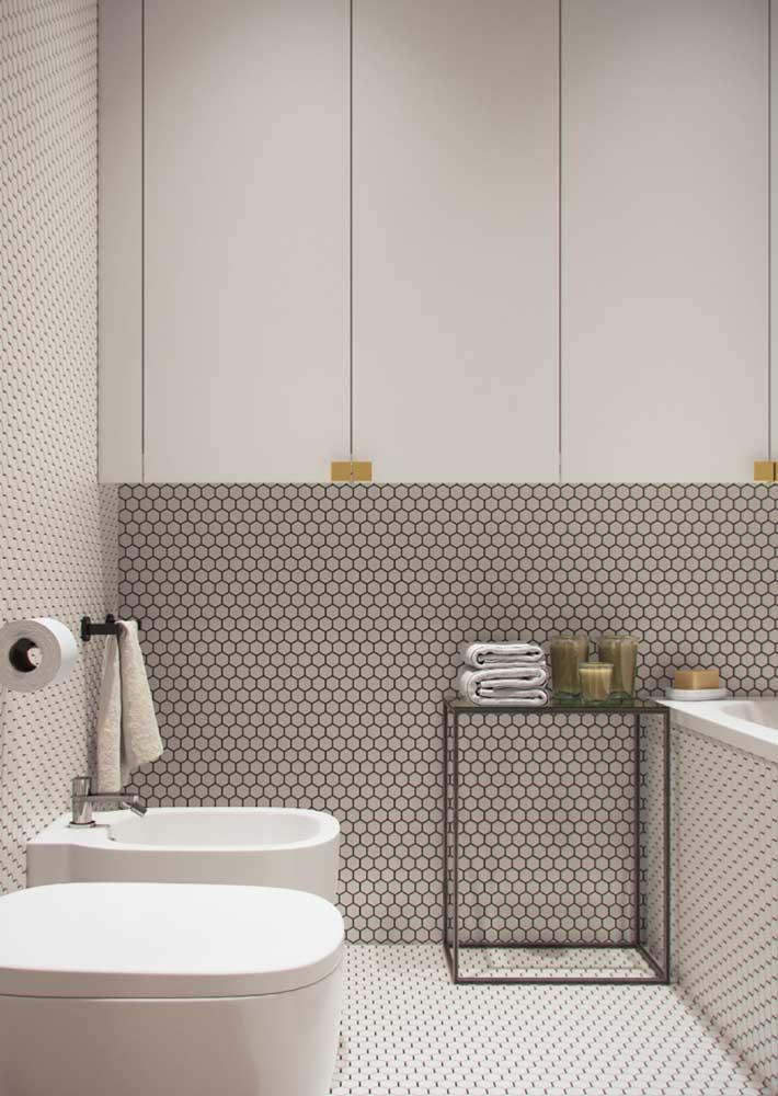 Armário branco para banheiro em harmonia com os revestimentos