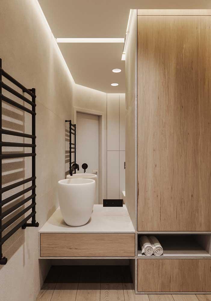 A iluminação indireta valoriza o armário e o banheiro