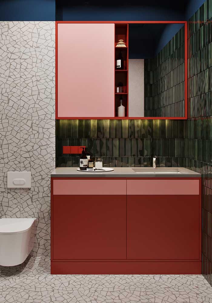 O que acha de um armário vermelho no seu banheiro?