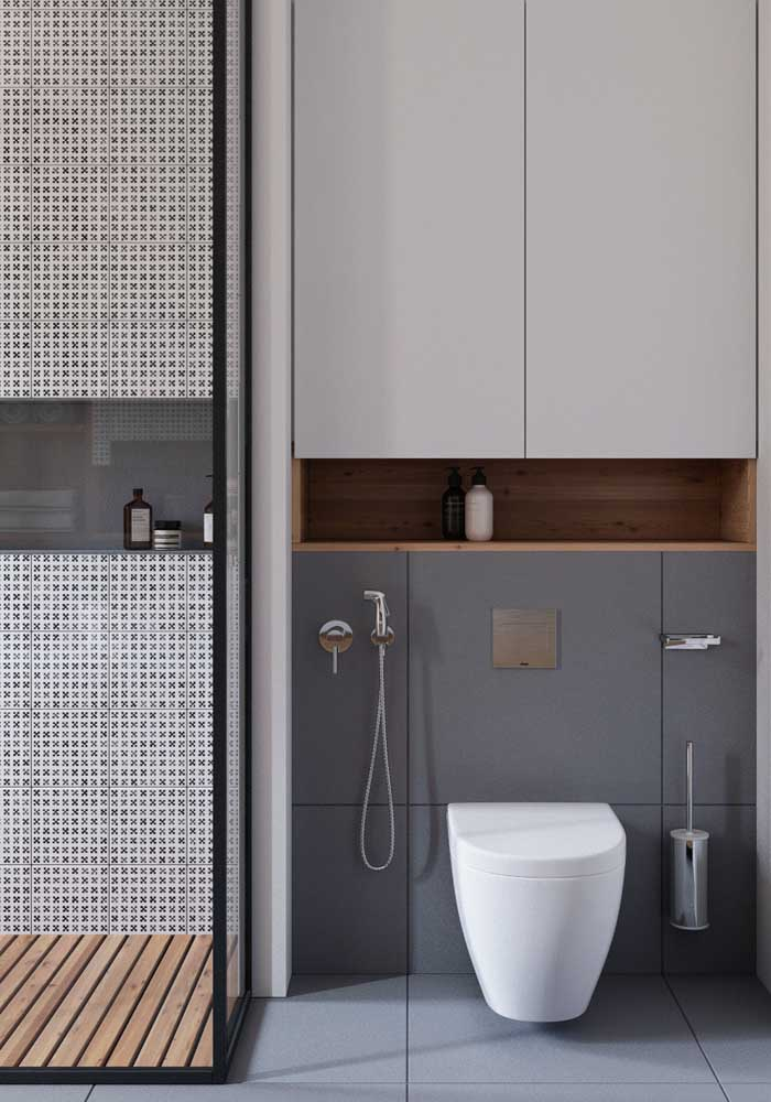 Aquele espaço em cima do vaso sanitário também é perfeito para acomodar o armário do banheiro