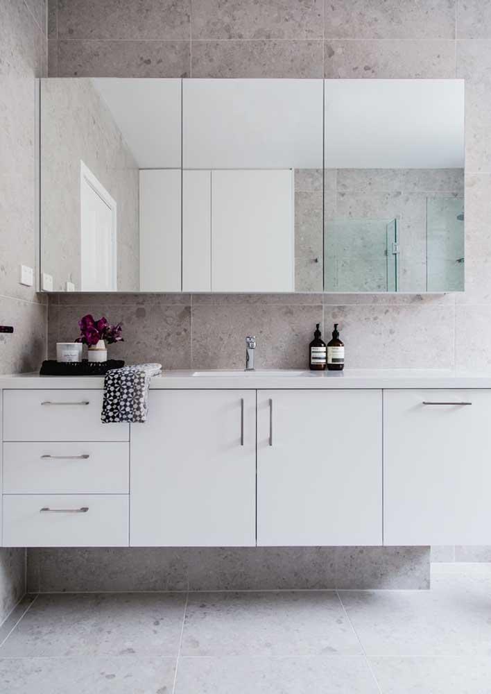 Armário branco e simples para o banheiro clássico