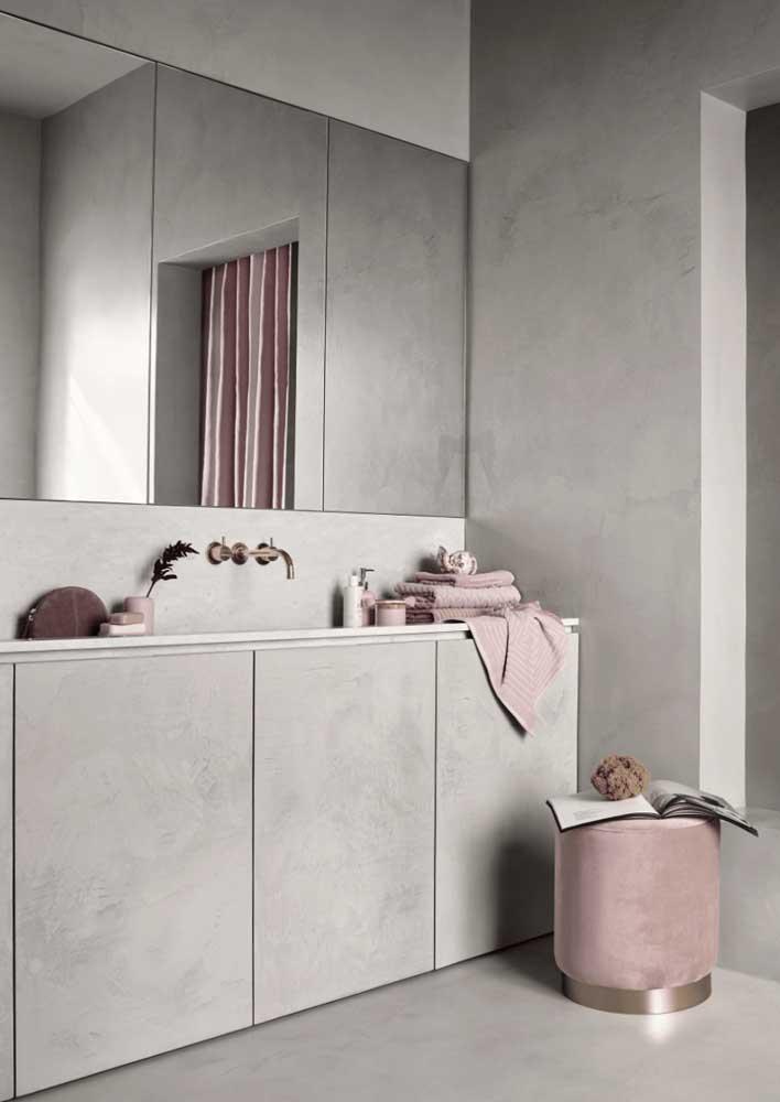Armário e parede se confundem nesse projeto de banheiro